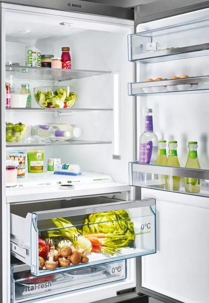 Osvetlenie LED: rovnomerne osvetlí každý kút chladničky a neoslňuje